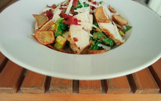 Cæsarsalat med et twist af pesto