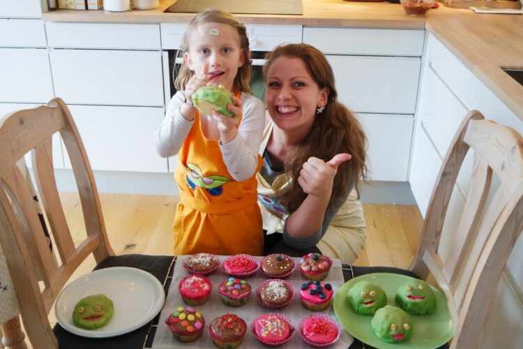 Cupcakes med farverig topping