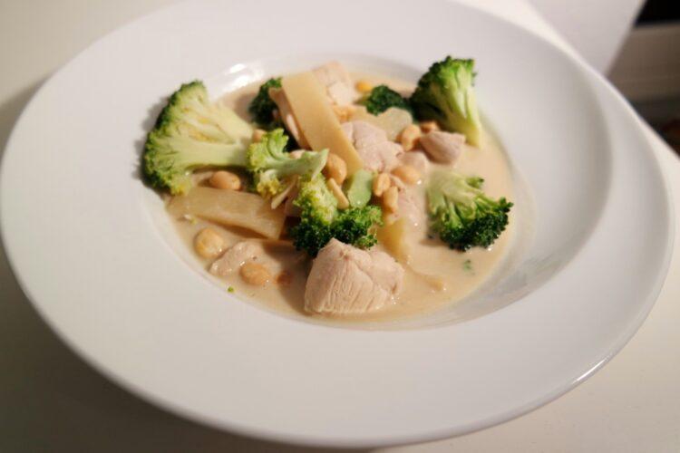 Grøn karry wok-suppe med kylling