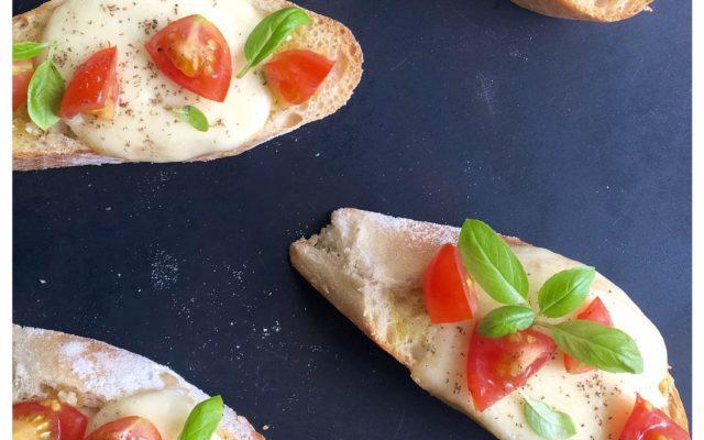 Bruschetta med hvidløg, tomat og mozzarella