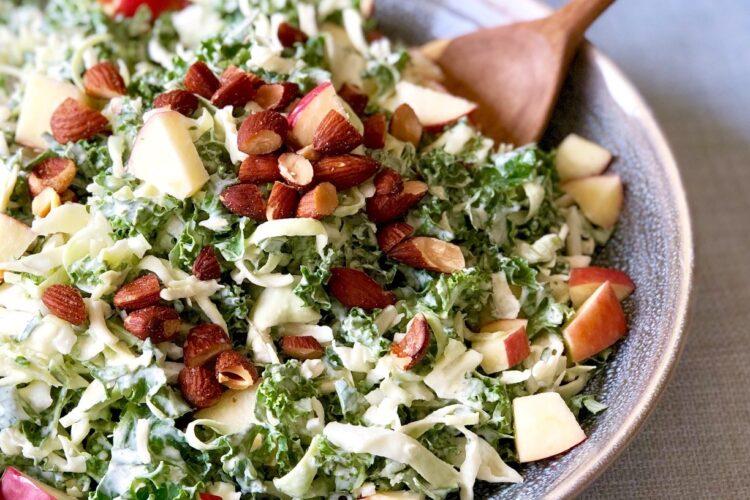 Kålsalat med æble, mandler og mormordressing