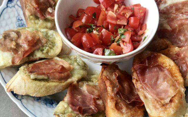 Bruschetta med mozzarella, parmaskinke og tomat