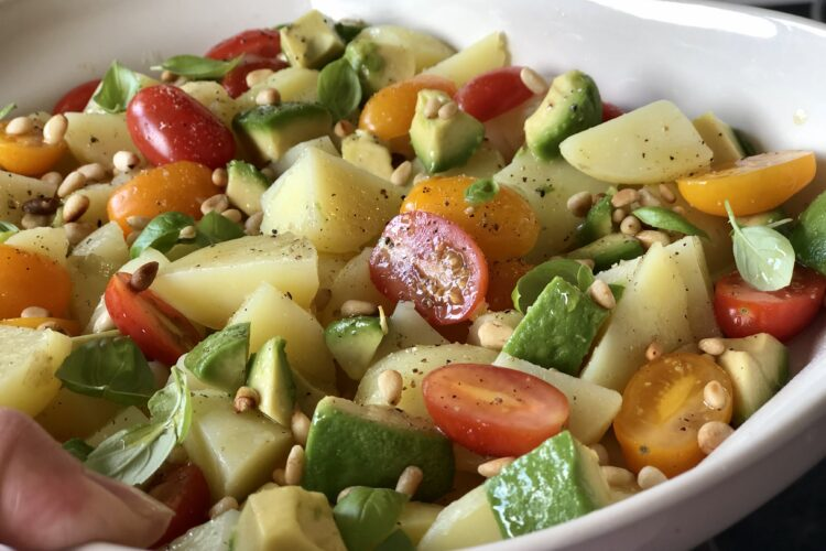 Let kartoffelsalat med olie/eddike dressing