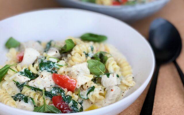 One pot pasta med kylling, spinat og pikantost