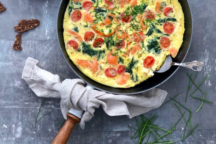 Omelet med laks og spinat