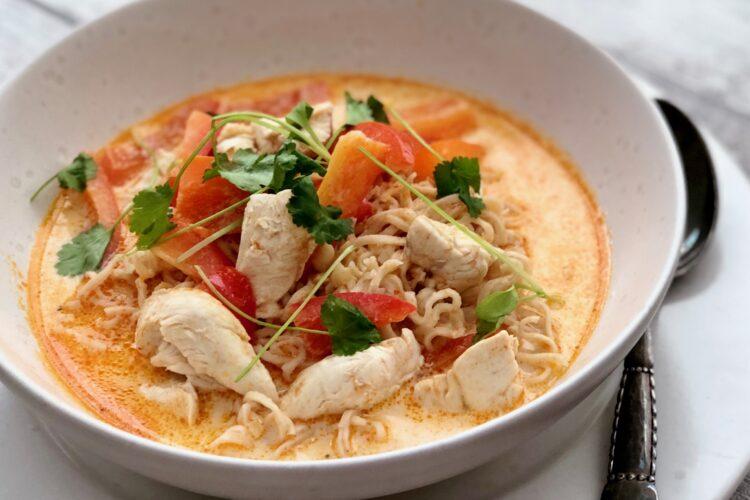 Thaisuppe med kylling, rødkarry og kokosmælk