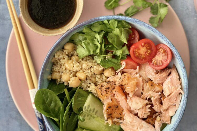 Salat med varmrøget laks